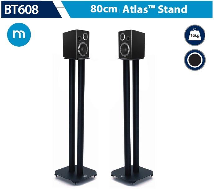 Dwa stojaki głośnikowe BT608 z serii Atlas z zaokrąglinymi rogami dolnej podstawy, pozwalające wyważyć pozycję stojaka za pomocą regulowanych kolców, izolujących od rezonansów. W zestawie również alternatywne podkładki piankowe, zamiast kolców.