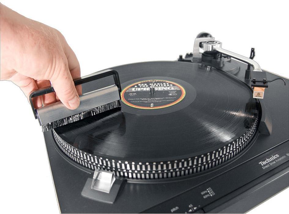 Profesjonalna antystatyczna szczoteczka Analogis Brush 1 do czyszczenie płyt gramofonowych,niezbędna dla każdego użytkownika gramofonu.  Wyróżnia się na tle podobnych produktów innych producentów:  - zapewnia delikatne czyszczenie  - zastosowanie bezpośrednio przed odsłuchem neutralizuje potencjał elektrostatyczny