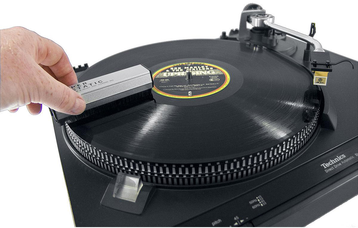 Profesjonalna antystatyczna szczoteczka Analogis Brush 2 do czyszczenie płyt gramofonowych,niezbędna dla każdego użytkownika gramofonu.  Wyróżnia się na tle podobnych produktów innych producentów:  - zapewnia delikatne czyszczenie  - zastosowanie bezpośrednio przed odsłuchem neutralizuje potencjał elektrostatyczny