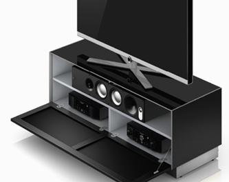 Tkanina akustyczna Odtwarzacz DVD, dekoder, wzmacniacze, odtwarzacze multimedialne i konsole do gier umieszczone na półkach ukryte za drzwiami szafki, które są pokryte tkaniną akustyczną. Zaprojektowane w ten sposób, zapewniają odpowiednią wentylację dzięki czemu urządzenia nie będą się przegrzewać.Umożliwia to również umieszczenie na półce centralnego głośnika kina domowego lub soundbara, czyniąc go niewidocznym.