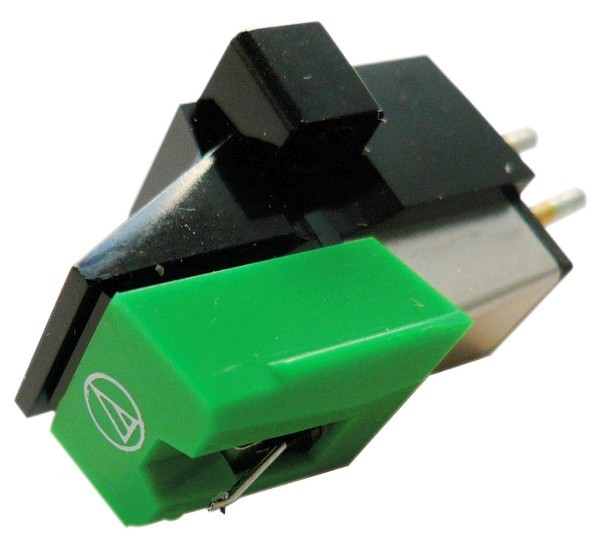 Wkładka gramofonowa MM Audio-Technica AT95E Audio-Technica AT95E przekonuje doskonałą wydajnością dla średnio zaawansowanych systemów. Swoje możliwości zawdzięcza diamentowej igle eliptycznej i konfiguracji dual magnet. Wykorzystując taką samą konstrukcję dual magnet jak znakomite wkładki Audio-Technica AT440MLa i AT150MLX, model AT95 zdobył popularność wśród średnio zaawansowanych entuzjastów, dla których istotną zaletą jest doskonała relacja jakości do ceny. Jednym z najważniejszych jak nie najważniejszym elementem budowy każdej wkładki gramofonowej jest igła odpowiadająca za odczytywanie sygnału zapisanego w rowku płyty gramofonowej. W zależności od zastosowanego profilu zakończenia igły może ona odczytać większą lub mniejszą ilość informacji zapisanych w rowkach płyty, a kształt szlifu może także wpływać na szybkość zużywania się płyty i samej igły. Poniższe zestawienie obrazuje podział wkładek Audio-Technica ze względu na wielkość i kształt końcówki igły oraz powierzchnię styku z rowkiem płyty gramofonowej.