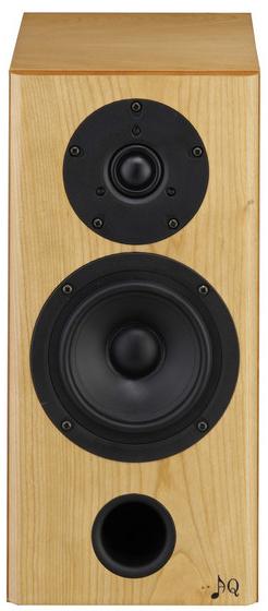 AQ LABRADOR 29 MKIII  Dwupasmowa podstawkowa kolumna głośnikowa małych rozmiarów i wielkiego serca. Ze względu na niewielki rozmiar jest bardzo łatwo ją umieścić w pomieszczeniu, spełnia kryteria estetyczne współczesnych architektów i jej muzyczny przenos jest dokładny, prawdziwy i żywy.  Labrador 29 MKIII jest zaprojektowany jako deflektor bassreflex, umieszczony w podwójnym czole. Dzięki takiemu rozwiązaniu możliwe jest to, że głośnik można ustawić na meblach lub zamontować na ścianie. W obudowie o objętość 10 litrów jest wbudowany 5″ woofer Scan-Speak z masywnym koszem odlanym z aluminium z membraną z włókna szklanego. Głośnik wysokotonowy jest precyzyjnym głośnikiem Vifa 1″ z tekstylną wkładką i chłodzony ferrofluidem. Zaawansowana elektroniczna zwrotnica drugiego rzędu jest umieszczona na panelu, a wszystkie elementy są lutowane na gorąco przy użyciu metody D2D.  Labrador 29 MKIII, może być używany jako kolumna przednia w mniejszych pomieszczeniach lub jako surround do kina domowego, w dużych pomieszczeniach.