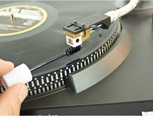 Płyn do czyszczenia igieł gramofonowych ze specjalną spiralną szczoteczką, charakteryzujący się wysoką wydajnością i skutecznością, dźwięk po wyczyszczeniu igieł jest czysty i odzyskuje dynamikę oraz powoduje, że igła zużywa się zdecydowanie wolniej.